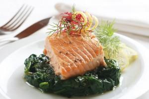 Lachs enthält viel Eiweiß und gesunde Fette.